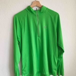 Limegrön tröja/jacka som andas. Står L i den men passar mig som brukar ha M, beror på hur oversized en önskar. Knappt använd, fräsch och fin! 💚💚💚
