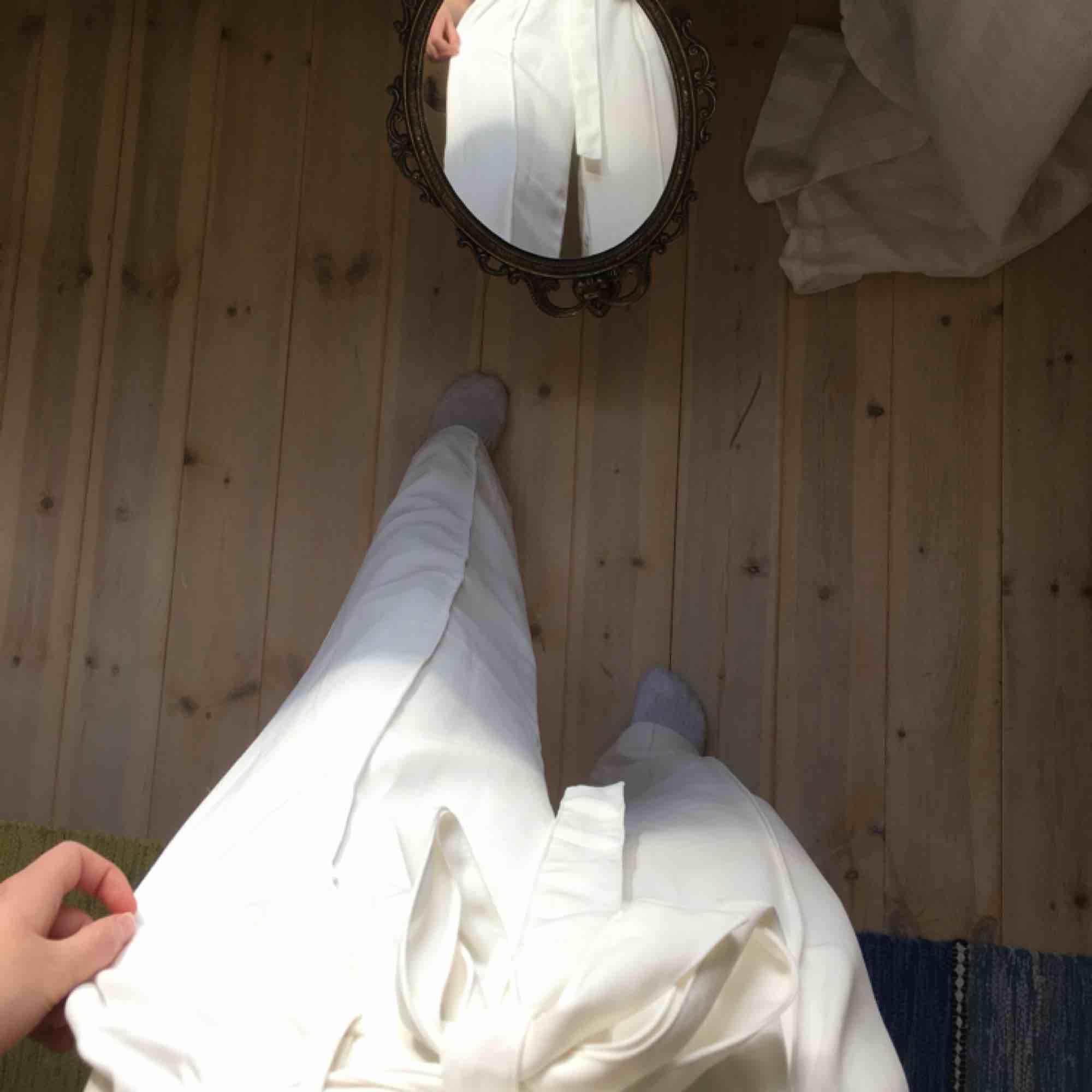 Somriga byxor med resor och band:) använda typ 2 ggr och det enda är en väldigt liten fläck längst ned på baksidan av benet. Perfekta till studenten!!. Jeans & Byxor.