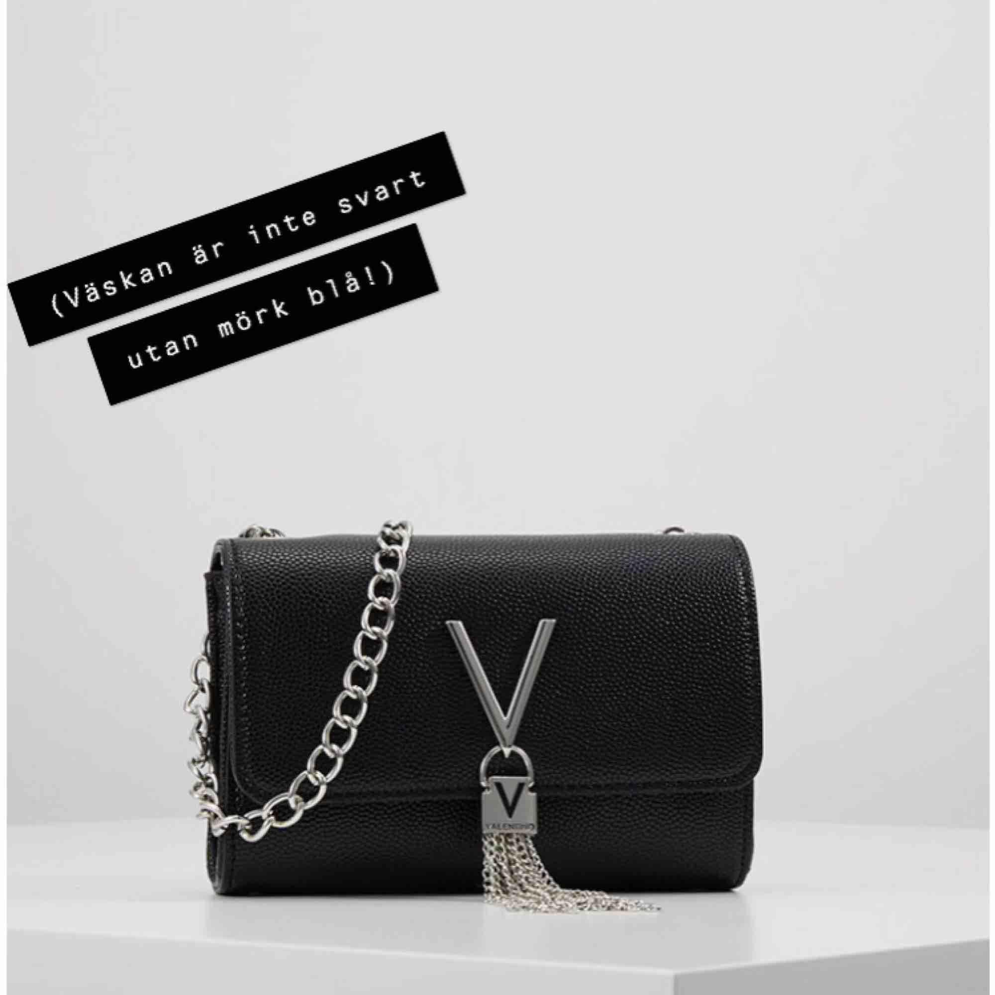 Jag säljer nu min Mario Valentino väska eftersom jag inte använder den tillräcklig. Inköpt för 799kr på Accent. Kan mötas upp i Uppsala men kan även skicka väskan men isåfall står köpare för frakt. Den är mörkblå/marinblå.. Väskor.