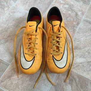 Fotbollsskor för träning på grus. Märket Nike. Storlek 38. Köparen betalar frakten