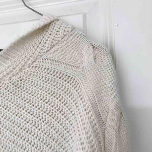 Krämvit virkad tröja med luva  Frakt tillkommer!  (Liten i storlek)