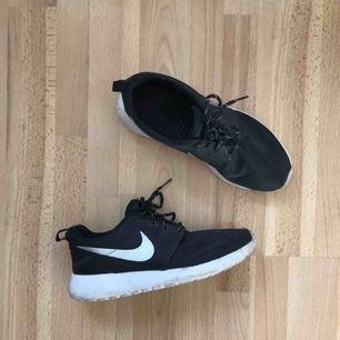 Nike sneakers  Svarta  Frakt tillkommer!