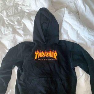 Snygg trasher hoodie i fint skick! Den är i storlek M men jag skulle säga att den är mer S/XS då den är väldigt liten i storleken.