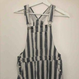 Randig hängselkjol från Zara barn, men passar mig som är XS. Jättefin för sommaren och passar bra på, tyvärr inte min stil. Köparen står för frakt!