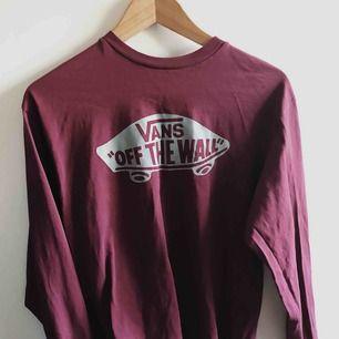 Info: Vans tröja med logga fram. Köppris: Köptes för ca 450 kr. Färg: Mörkröd/lilaaktig tröja med silvergrått tryck.  FRAKT INGÅR I PRISET