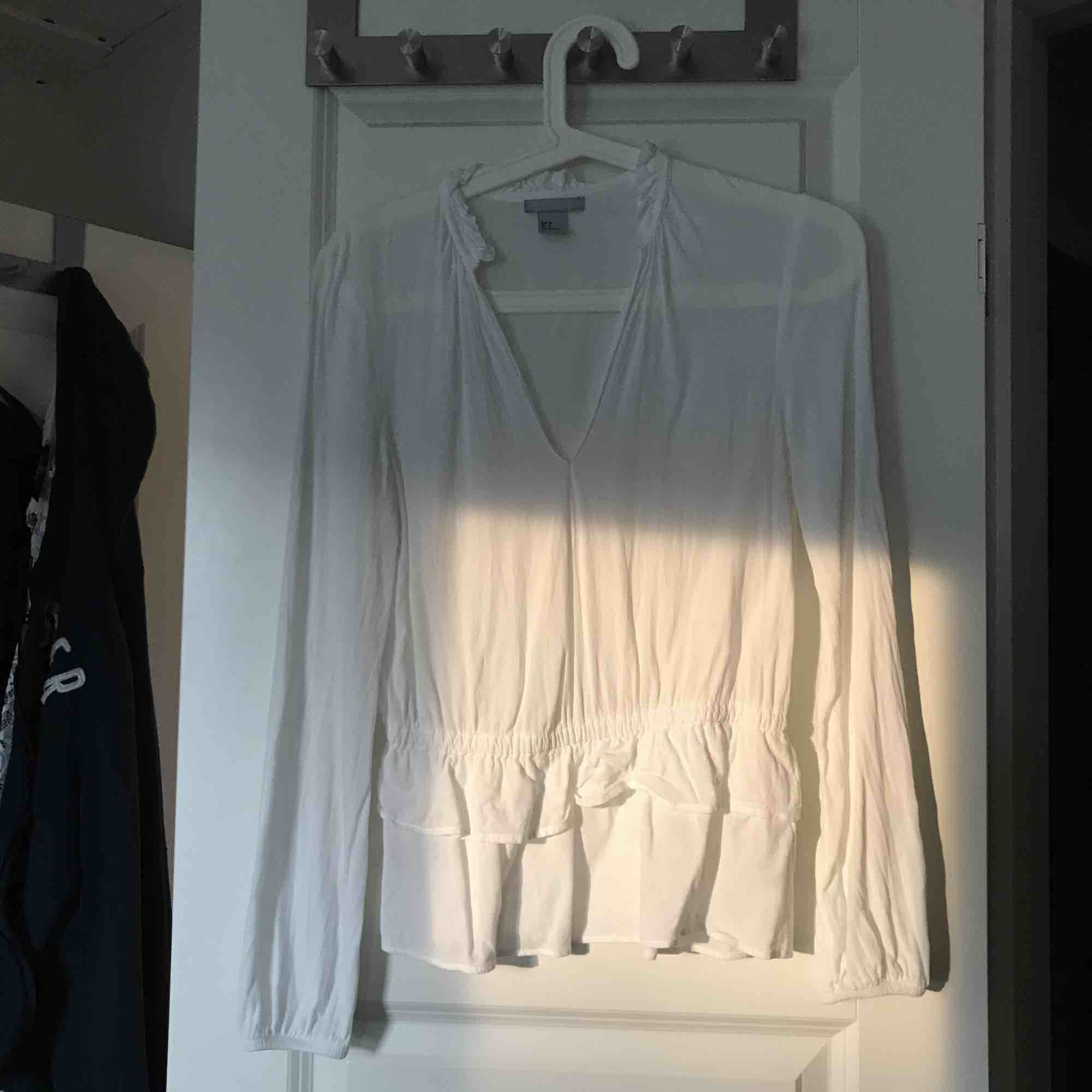 Fin vit blus, säljer pga för lite för mig!. Blusar.