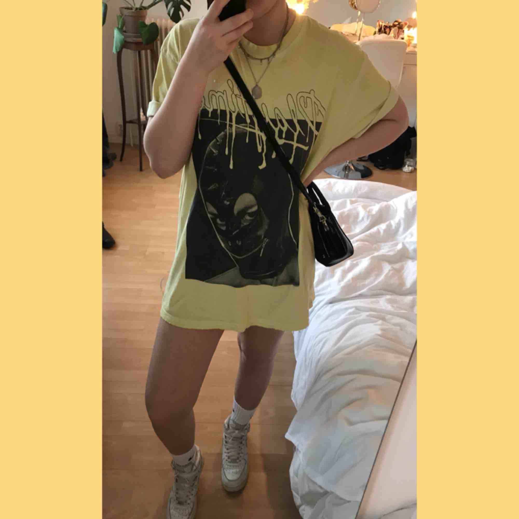 En snygg T-shorts klänning eller overzised tröja💛 storleken är L i killstorlek. T-shirts.