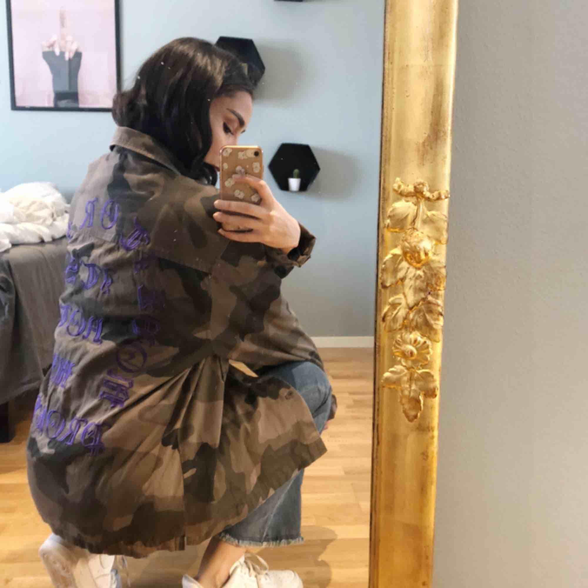 Kamouflage jacka.  Perfekt vårjacka!  Asball baksida även<3  Jag har storlek S annars, så har använt den som ett oversized-plagg. Knappt använd. . Jackor.