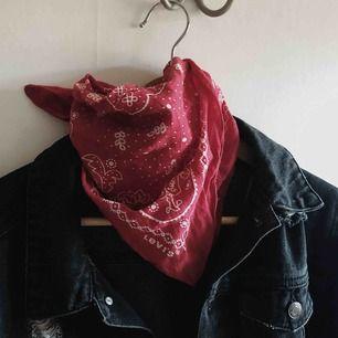 Info: Bandana/snusnäsduk/scarf från Levi's Köppris: 250 kr Färg: Klarröd med vitt möster