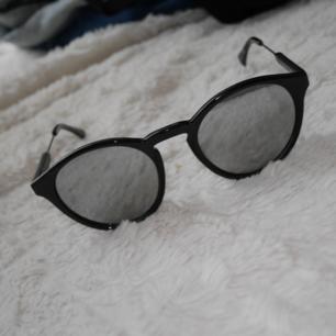 Riktig snygga svarta solglasögon med grått spegelglas från Venus i fint skick, knappt använda. Perfekt till soliga sommardagar! Fynda nu till detta låga pris! Frakt tillkommer vid köp🖤