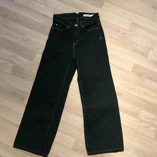 Skit snygga Mörkgröna högmidjade jeans i modellen Doris, använda 2-3 ggr. Färgen på jeansen syns bättre på andra bilden!