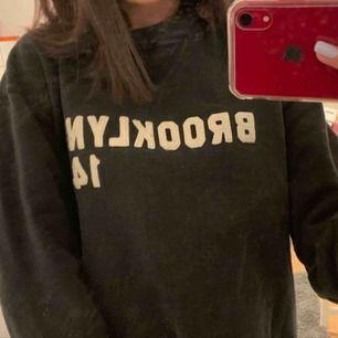 Vintage college tröja. Har inga fläckar (spegeln var smutsig) är i bra skick.