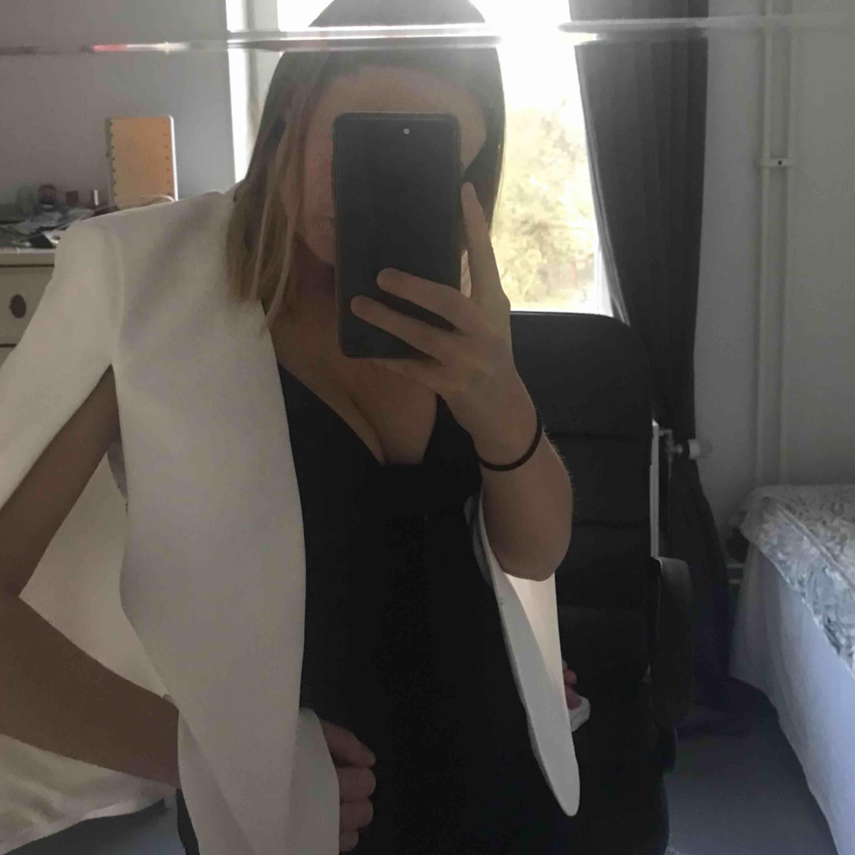 Vit fin blazer från Zara perfekt till student/skolavslutning/midsommarfest eller liknande! Betalaren står för frakt! Pris kan diskuteras . Kostymer.