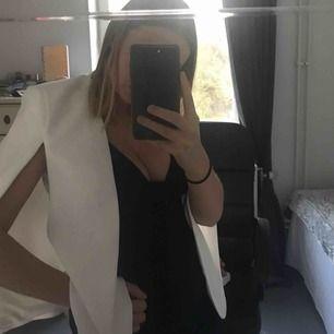 Vit fin blazer från Zara perfekt till student/skolavslutning/midsommarfest eller liknande! Betalaren står för frakt! Pris kan diskuteras