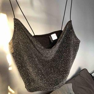 Fin topp/linne, aldrig använd då den är lite för stor för mig. Frakt tillkommer med 20-40kr:))