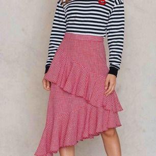 Liknande kjol som den på de två första bilderna, kan skicka fler bilder på osv.