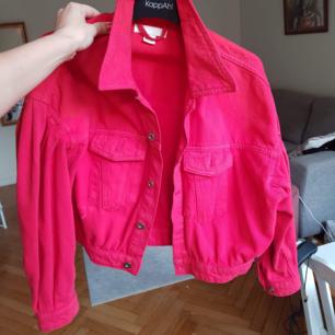 Superfin, röd jeansjacka med ballongärm från HM.