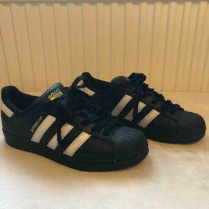 Använda ett fåtal gånger, är nästan som nya! Coola skor att ha till vardags och väldigt sköna! köparen står för frakt 😄💕