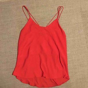 Rött linne i typ siden från Bik Bok🍒🍒aldrig använt