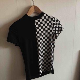 Info: T-shirt från Shein med halvt schackmönstrad framsida Färg: Svart och vit Skick: Bra skick, knappt använd