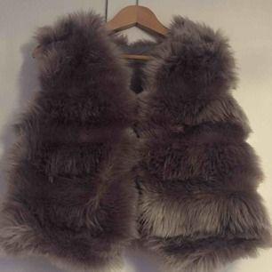 En kort fake päls väst, superfin grå päls och väldigt mjuk. Skriv om du är intresserad:)