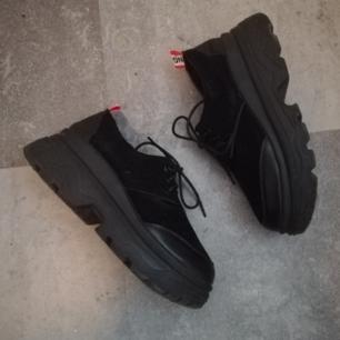 Svarta vintage chunky skor i stl 38, skulle dock säga en rymlig 37/liten 38a. I bra skick med rejäl gummisula, känns att de är tunga och välgjorda. Frakt 63 kr.