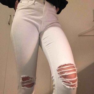 """Vita slitna jeans från River Island. Slitna på knäna och vid slutet av byxan, storlek """"8"""" jag brukar ha XS och de passar mig. Bara testade, skriv för mer bilder☺️ säljs pågrund av för lite användning😙"""