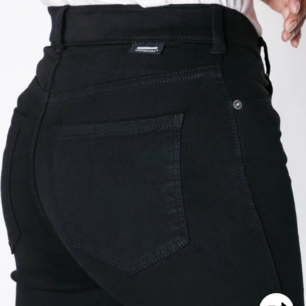 Sparsamt använda byxor från Dr Denim. Nypris 500 kr, passar mig med storlek s Midja:M Ben:32
