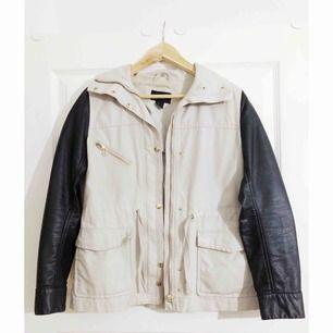 Beige jacka från H&M med skinnimitation på ärmarna. Är lite missfärgad på insidan, men inga skavanker utanpå.