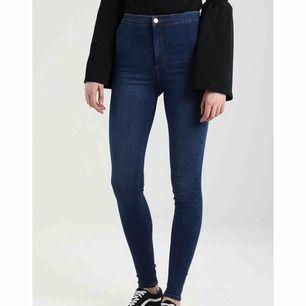 Blåa högmidjade jeans från Topshop i modellen Joni. Använda en gång.
