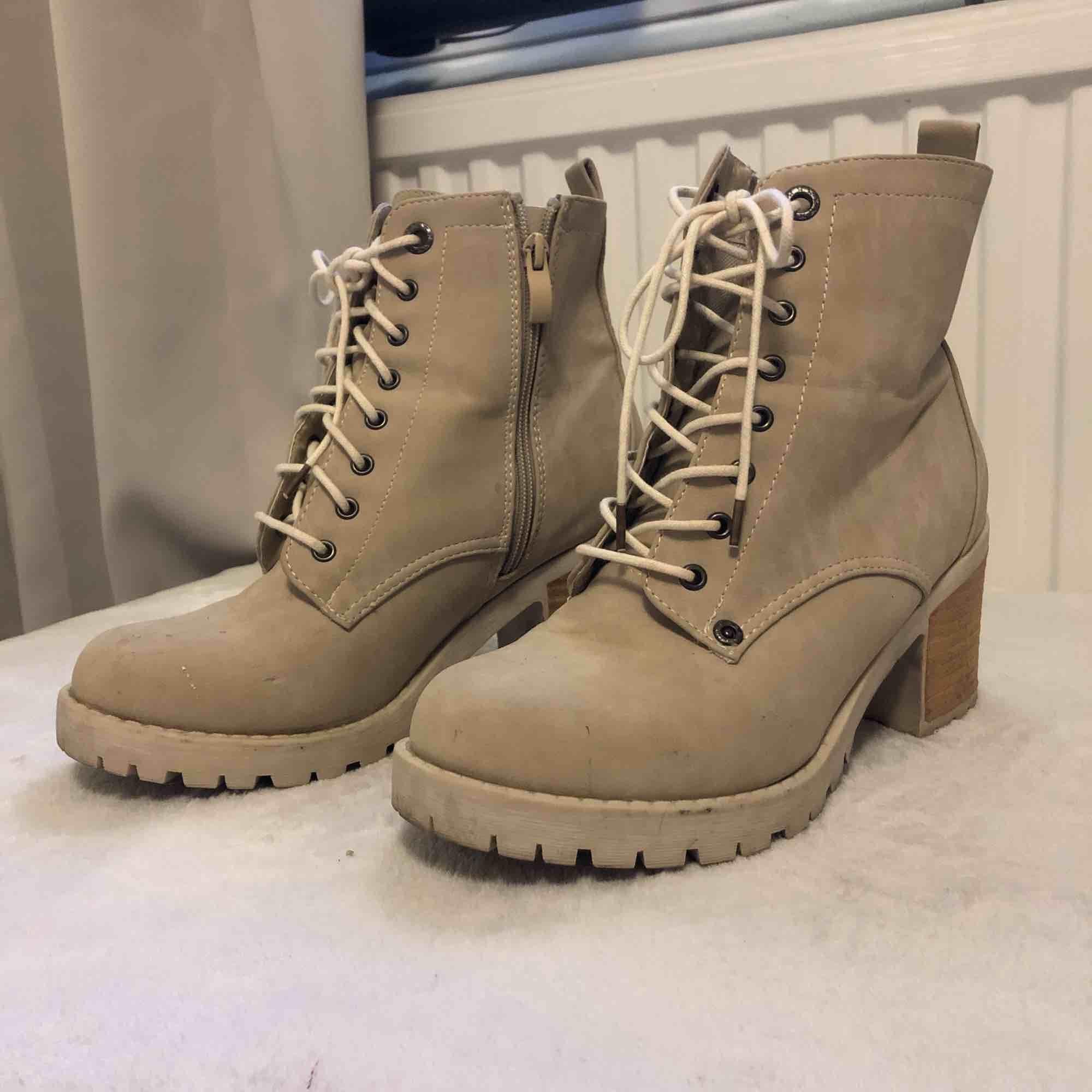 """Beigefärgade skor  med """"trä"""" färgad klack. Cirka 5cm höga. Använda några enstaka gånger. Ger en cool och """"clean look"""". Köpta för 600kr säljs för 200kr. Frakt tillkommer!😊. Skor."""