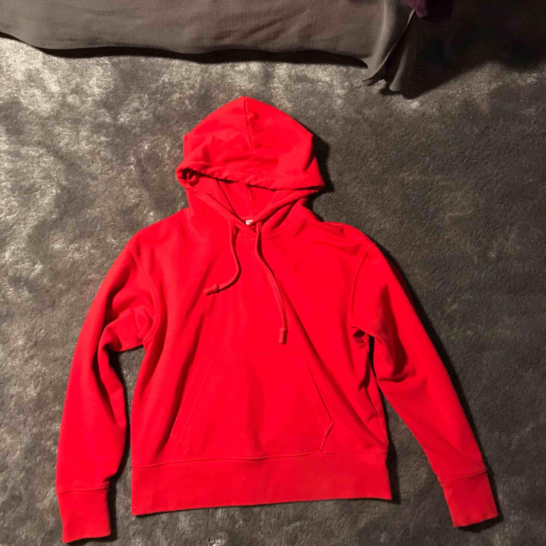 Röd lite croppad hoodie från uniqlo. Använd men i bra skick. Köparen står för frakten. . Huvtröjor & Träningströjor.