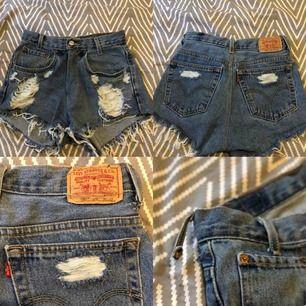 Aldrig använt. Bara testat då jag råka dra sönder ena bandet på sidan. Jätte fina, äkta, högmidjade jeans shorts med smal midja från Levis.