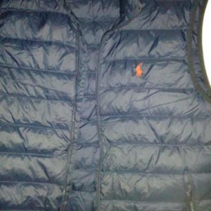 Mörkblå dunväst Fr Ralph Lauren, strl XL men som en m/l, dragkedja kan gå upp ibland nerifrån men inget som stör annars som ny!  Köparen betalar frakt 55kr  Köparen betalar frakt 55kr