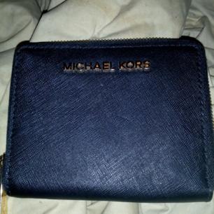 Michael Kors svart plånbok, aldrig använd bara legat i garderoben, den är äkta!  Köparen betalar frakt 39kr