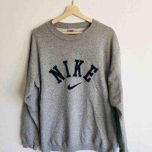 Vintage Nike tröja i storlek L. Minifläck på E:et som knappt syns.