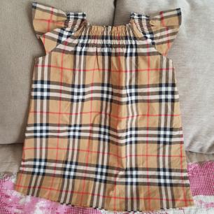 Burberry klänning för barn i storlek 80 (12mån) Kvitto finns! Finns på Södermalm