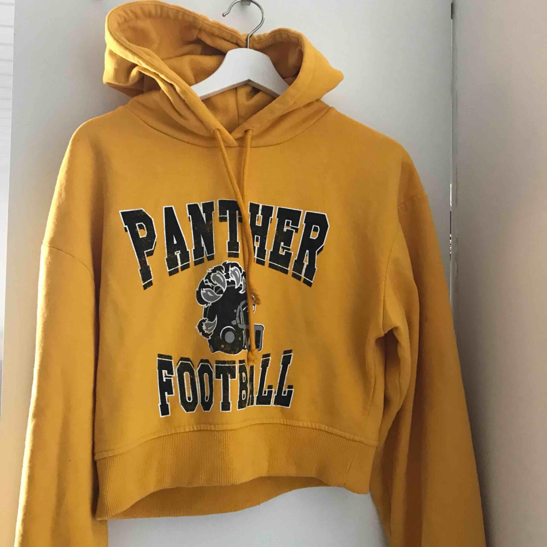 En lite croppad hoodie från bik bok . Huvtröjor & Träningströjor.