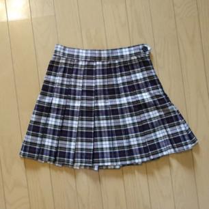 Rutig American Apparel kjol. Storlek XS. Väldigt fint skick. Sååå fin men tyvärr för liten för mig.