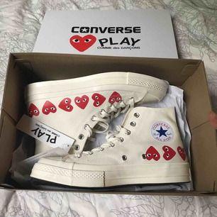Säljer världens snyggaste Converse Play Comme des Garcons pga beställde fel storlek🙂. Helt nya i strl 41,5! Upplevde att de var väldigt svåra att få tag i så passa på!! Kan mötas upp i Malmö, tar Swish, kan skicka och då tillkommer fraktavgift<3