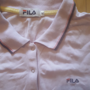 Pastel rosa/lila Fila t-shirt.