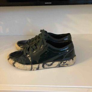 Lackad Mörk Mossgrön sneakers med melerad sula. Ordinarie pris 1900kr
