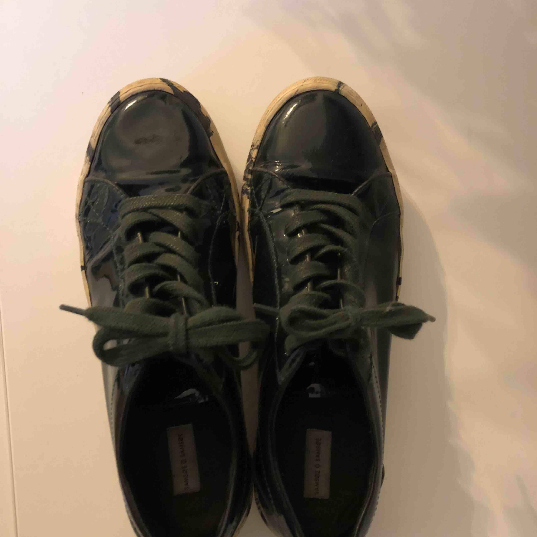 Lackad Mörk Mossgrön sneakers med melerad sula. Ordinarie pris 1900kr . Skor.