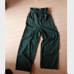Jättefina mörkgröna höga byxor köpta i Japan.  Typ mjukt filt/flanell material. Storlek XS-S skulle jag säga och lite för små för mig som är 172 cm, så kanske passar någon lite kortare.  Men stretchiga i midjan.