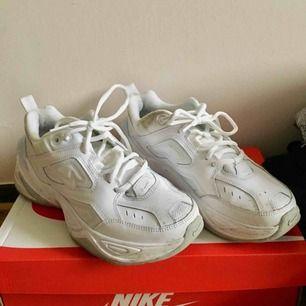 Nike mk2 tekno, använda 5 ggr. Fläckar som gå bort vid enkel skrubb/tvätt. Normala i strl, passar mig som normal 37a, skaver inte.
