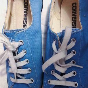 Låga äkta Converse i modellen med smalare sula(Thin sole) Storlek 38 I bra skick!   Köpare står för frakt!(alt. mötas upp i Stockholm)