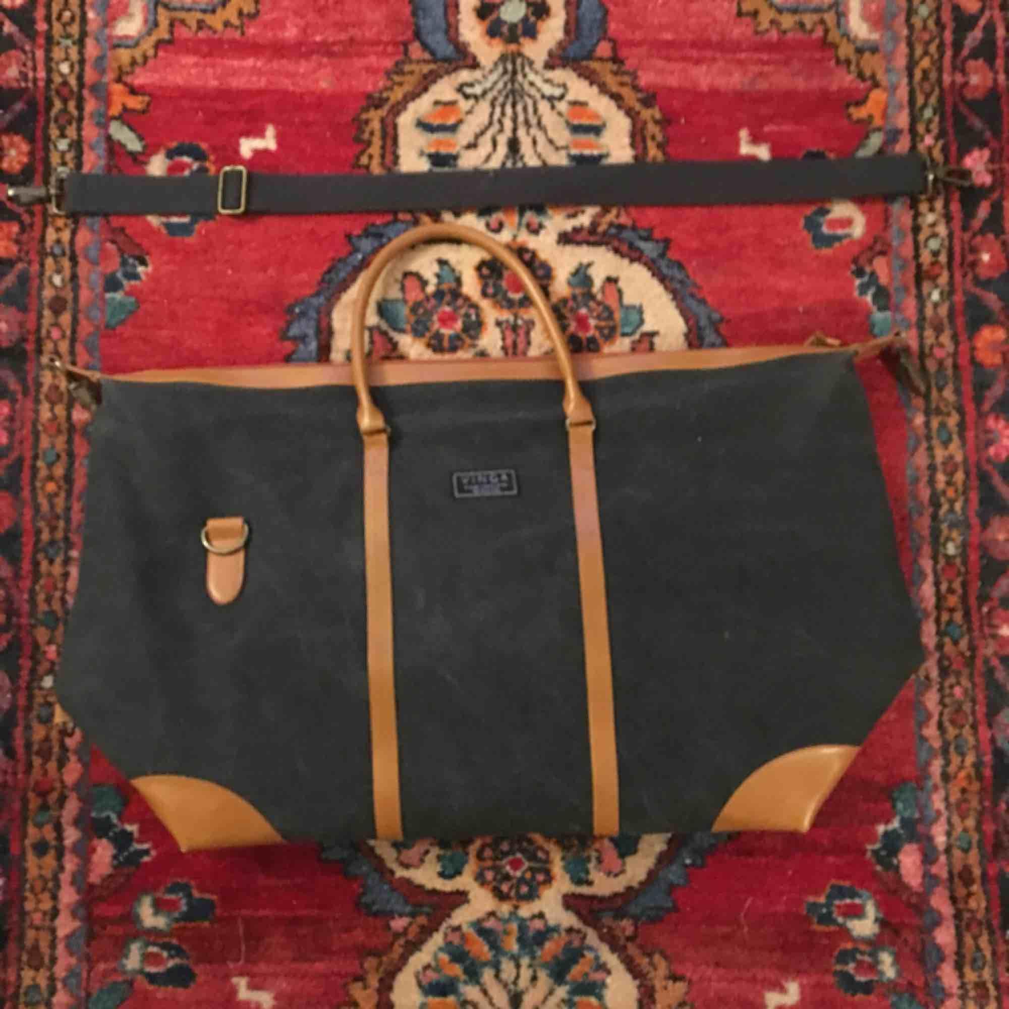 Stor väska i denim och brunt läder. Går både att bäras som ryggsäck med axelrem som medföljer och går att förkorta/förlänga,  Eller i handen med vanliga handtag . Innerficka och randigt blåvitt foder. Frakt ingår ej. . Accessoarer.