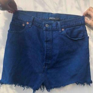 Fin marinblå jeanskjol från Levi's☺️ Köpt från NastyGal för 500kr. Aldrig använd, lappar finns kvar.