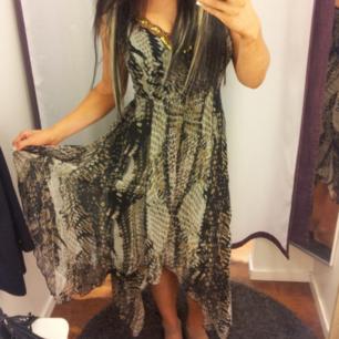 Säljer min milerade natur färgade klänning Den är endast testad i några timmar Köpt i Stockholm centrum för 800;- Skall den postas tillkommer frakt kostnad