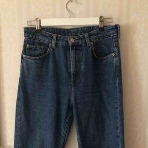 Weekday Voyage standard! Så snygga jeans, raka i benen och hög midja. 28 i waist och 26 i längd. Frakt tillkommer!
